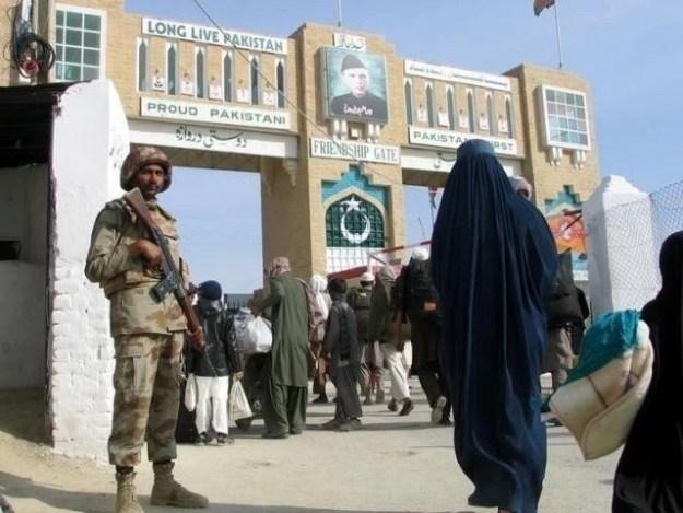 باب دوستی پاکستان اورافغانستان کے درمیان ایک اہم ٹرانزٹ پوائنٹ ہے فوٹو: فائل