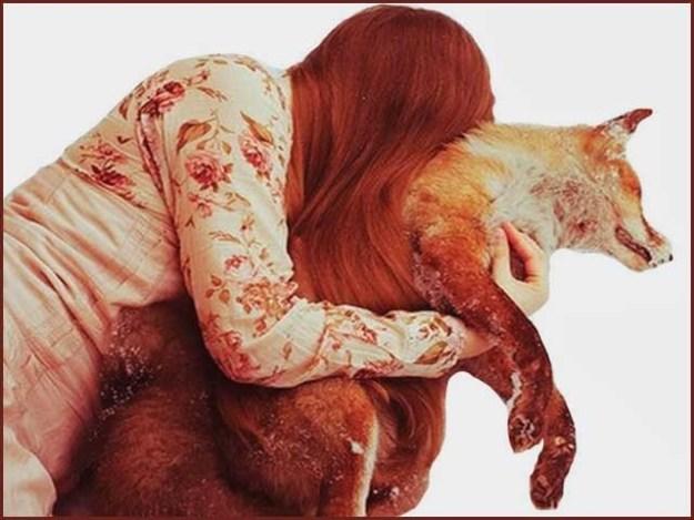 لیزا نے اپنی لومڑی کے بچے کو مرنے کے بعد حنوط کرا لیا ہے۔ فوٹو: فائل