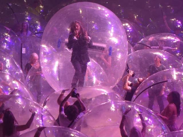 گلوکاروں کا بلبلوں میں بند ہوکر لائیو کنسرٹ کا مظاہرہ