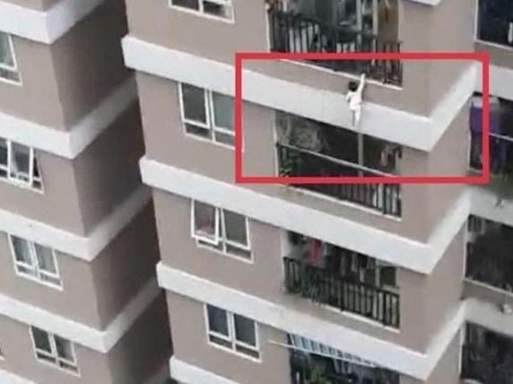 12ویں منزل سے گرنے والی بچی کو 'سپر ہیرو' نے بچالیا، ویڈیو وائرل
