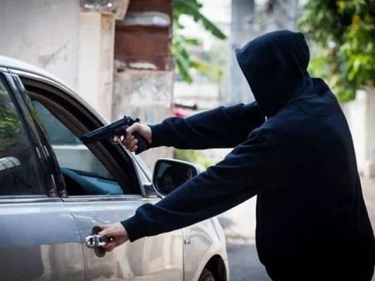 پولیس کی جوابی فائرنگ سیڈاکو زخمی،پولیس نے گرفتار کرلیا، موٹر سائیکل ، اسلحہ ، نقدی ، موبائل فون اور دیگر اشیا برآمد۔ فوٹو: فائل