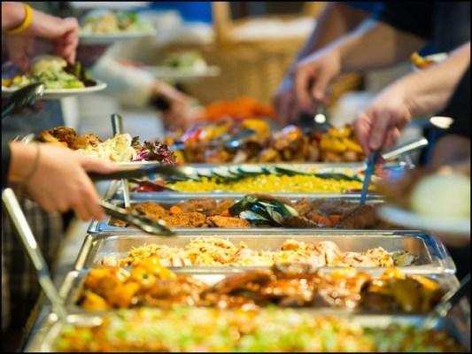 تیزی سے کھانے والے اکثر اپنی ضرورت سے زیادہ کھا جاتے ہیں۔ (فوٹو: انٹرنیٹ)