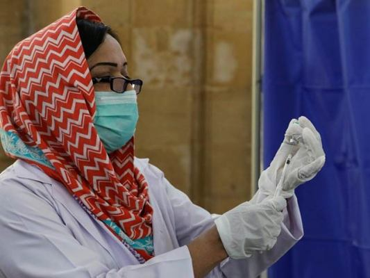 قومی ادارہ برائے صحت کے ماہرین نے کہا ہے کہ ویکسینیشن کے چار ہفتے بعد جسم میں اینٹی باڈیز بننا شروع ہوجاتی ہیں۔ فوٹو: ایکسپریس ٹریبیون