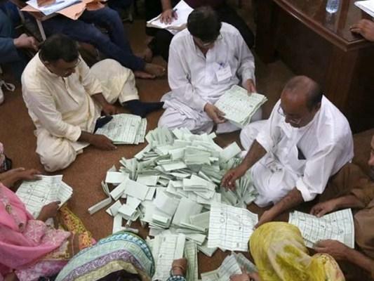 تمام پولنگ اسٹیشنز میں ڈالے گئے ووٹوں کی دوبارہ گنتی کا عمل شروع ہوچکا ہے۔ فوٹو:فائل