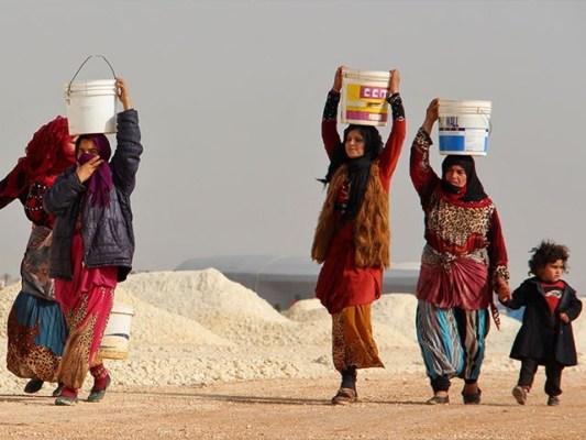لوگوں کو گھروں سے بے دخل کرنے میں موسمیاتی تبدیلیوں نے اہم کردار ادا کیا۔(فوٹو: اے ایف پی)