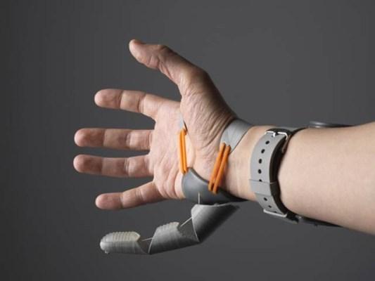 برطانوی سائنسدانوں نے روبوٹک انگوٹھا بنایا ہے جو کلائی اور پیرکے انگوٹھے کے اشاروں سے کام کرتا ہے۔ فوٹو: فائل