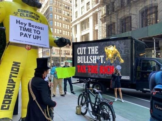 امریکہ میں ارب پتی افراد نے جیف بیزوس کے گھر کے باہر مظاہرہ کرکے انہیں مزید ٹیکس ادا کرنے کا مطالبہ کیا ہے۔ فوٹو: مین ہٹن ٹائمز