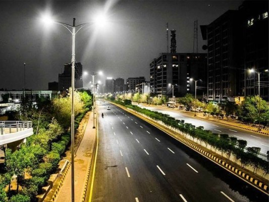 سندھ بھرمیں رات 8 بجے کے بعد گاڑیوں کی نقل وحرکت پر بھی پابندی ہے - فوٹو: فائل