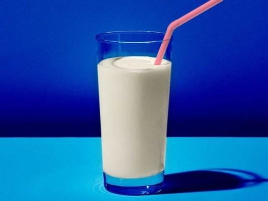 دودھ کا باقاعدہ استعمال امراضِ قلب سے بچاتا ہے۔ فوٹو: فائل