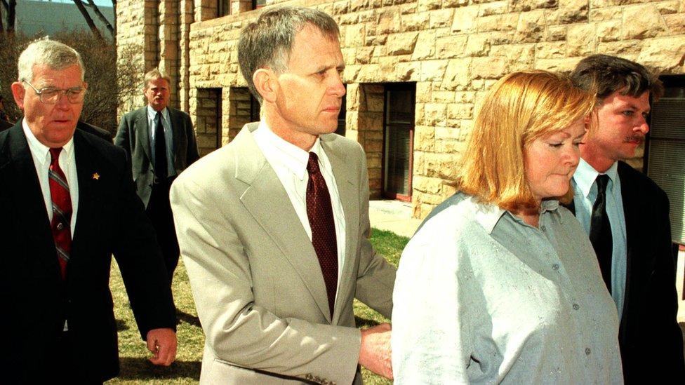 Dennis y Judy Shepard asistiendo al juzgado.