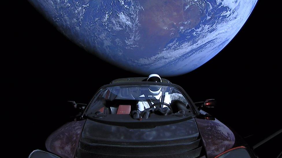 En una foto proporcionada por SpaceX, un roadster de Tesla lanzado desde un cohete con un conductor ficticio llamado Starman se dirige hacia Marte