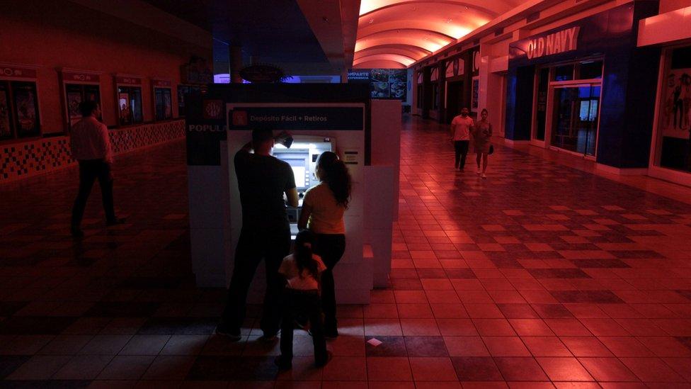 Una pareja utiliza un cajero automático en San Juan, Puerto Rico, durante el apagón del 21 de septiembre