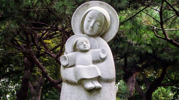 Estátua de Nossa Senhora segundo o menino Jesus