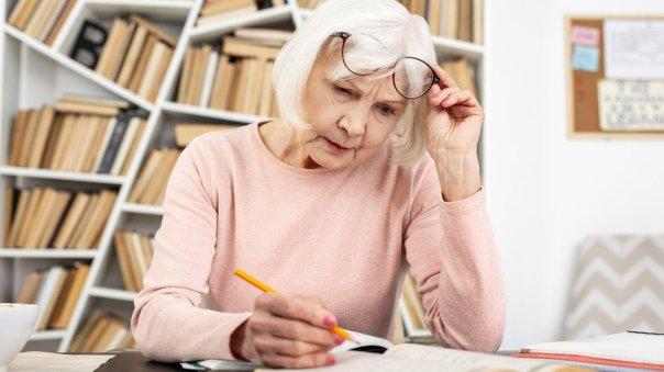 Señora mayor leyendo.