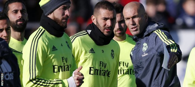 Zidane chats to Karim Benzema
