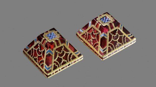 Gold and garnet sword pyramids