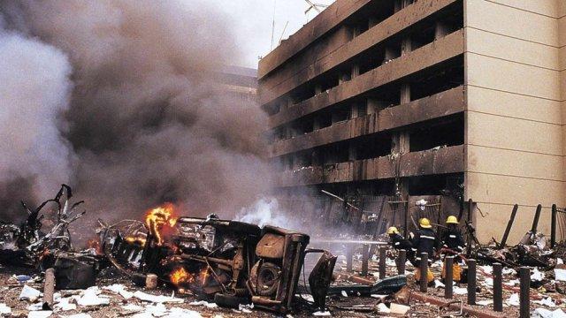 Les pompiers en action sur le site d'une énorme explosion d'une bombe qui a secoué un bâtiment de la banque et l'ambassade des États-Unis dans le centre de Nairobi, Kenya, 07 août 1998