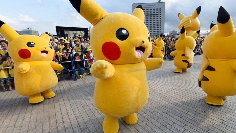 Festival en el que varias personas bailan disfrazadas como Pikachui, el más popular de los pokemones.