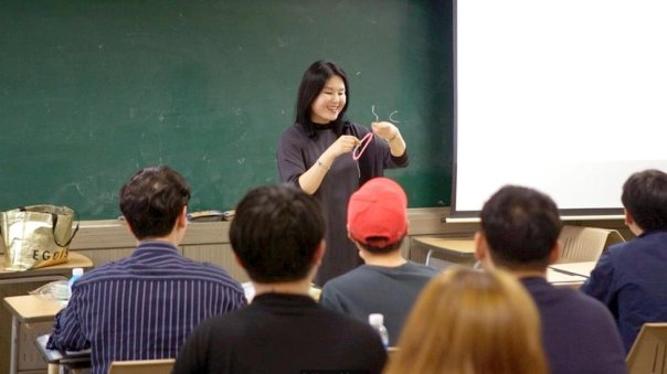 La profesora Eun-Joo Lee durante la clase.