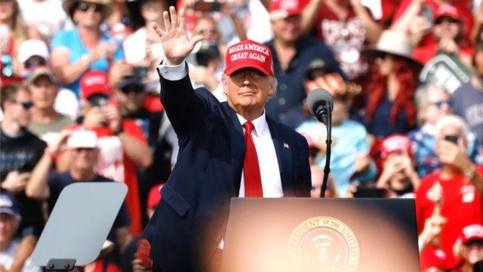 Trump waves in Florida