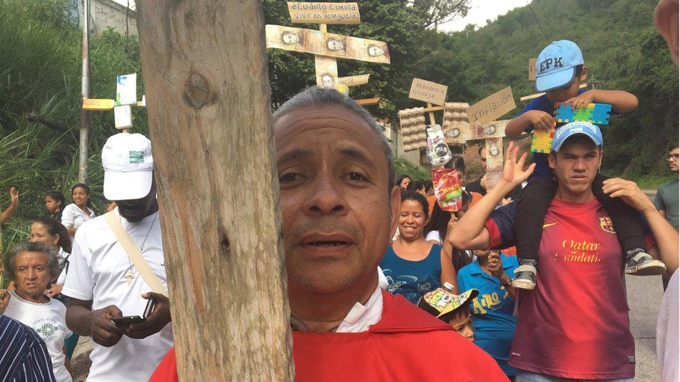 El sacerdote Alfredo Infante encabeza las marchas en las que los feligreses de su parroquia reclaman condiciones de vida dignas.