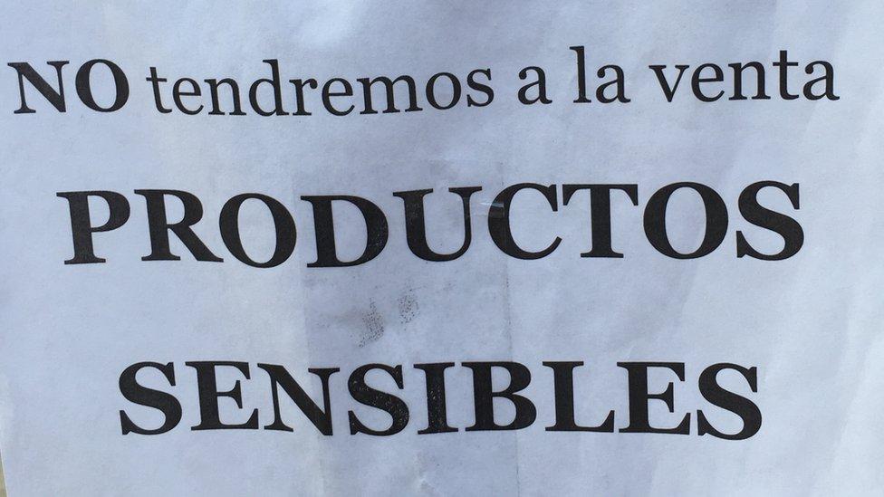 """Un cartel en el que se lee """"No tendremos a la venta productos sensibles"""""""