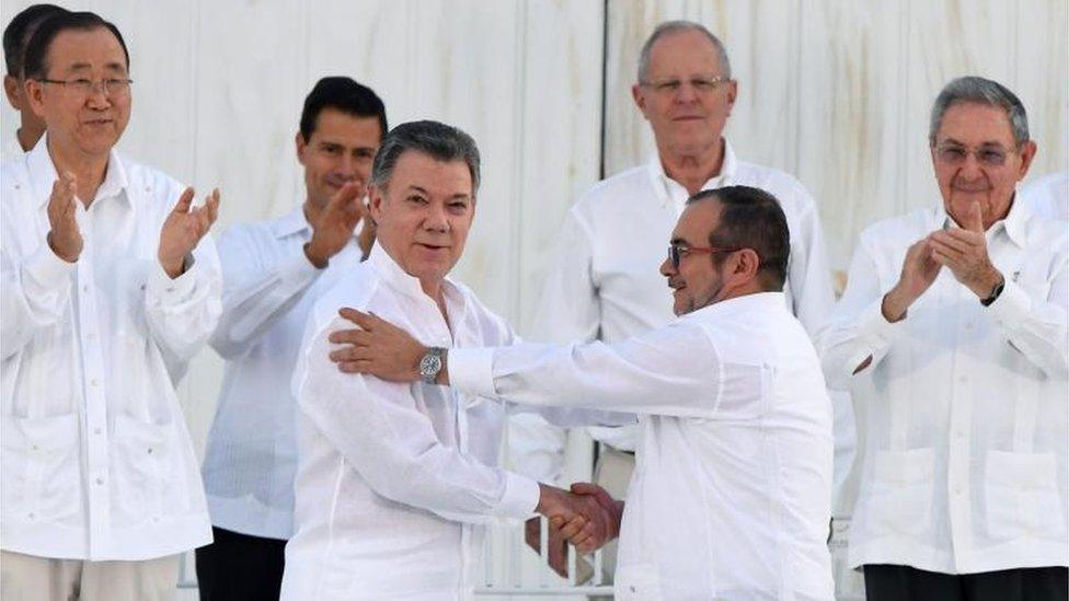 El presidente colombiano, Juan Manuel Santos (izquierda) y el líder de las FARC, Rodrigo Londoño, alias Timochenko (derecha)