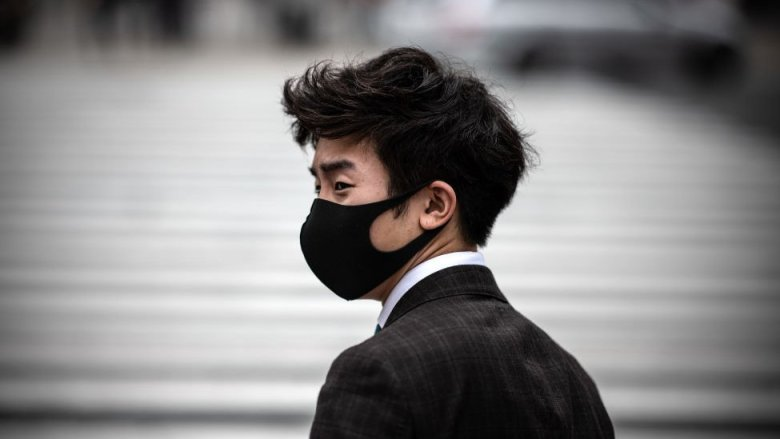 Un hombre portando una mascarilla en el cruce de Shibuya el 25 de mayo en Tokio, Japón.