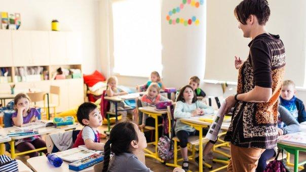 Niños estonios en un aula.