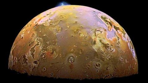 Luna amarilla con volcanes