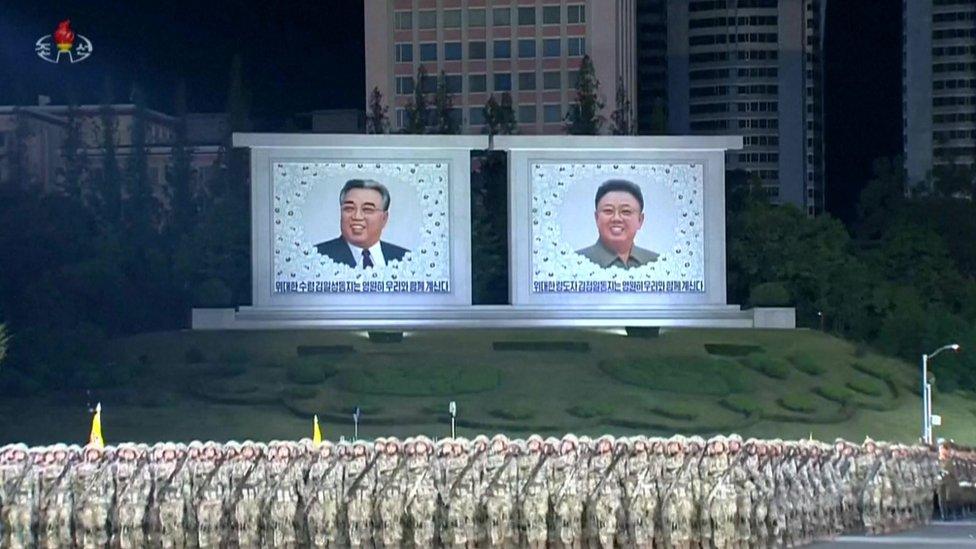 imágenes de Kim Il-Sung y Kim Jong-il