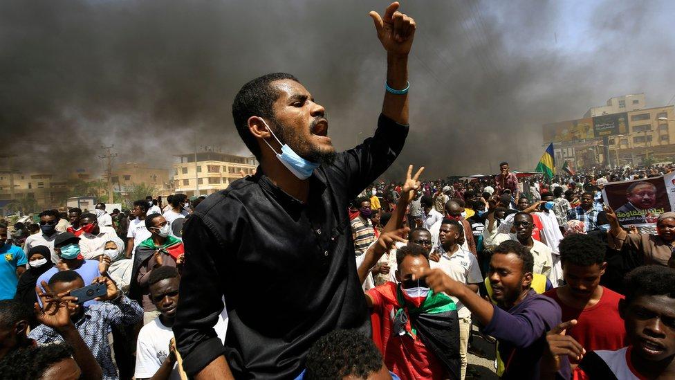 """مظاهرات السودان: هل الأفضل أن يتظاهر السودانيون """"لتصحيح مسار الثورة"""" أم لدعم حمدوك""""؟ - BBC News عربي"""
