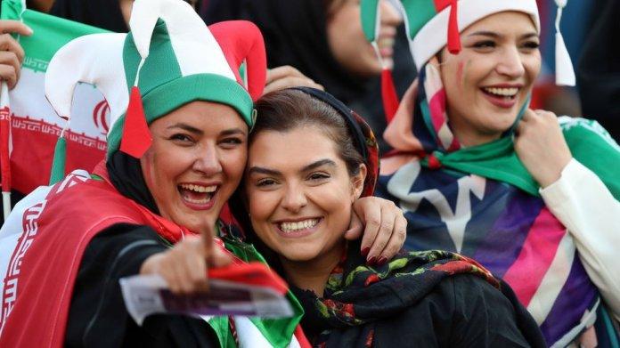 Resultado de imagen para Fotos mujeres hinchas de Irán asistieron ayer en Teherán al partido
