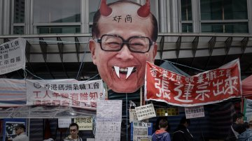 Li Ka-Shing, sık sık eşitsizlik karşıtı protestolarda yer alıyor.