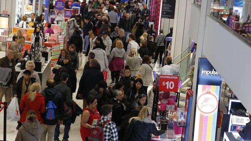 Un comercio atestado de clientes en Estados Unidos durante el Black Friday.