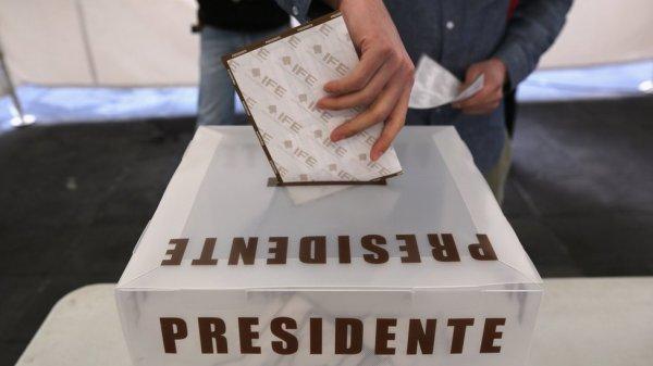 Una persona deja su voto en una urna