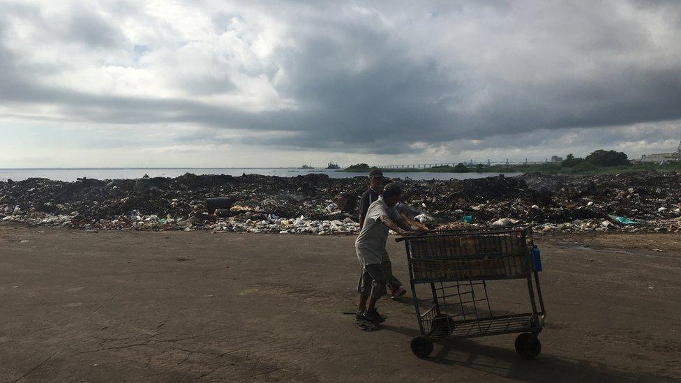 Maracaibo, una de las principales ciudades del país, está muy deteriorada y la basura se amontona en la calle.