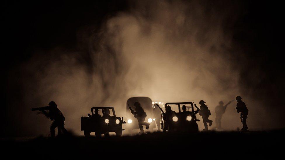 Pintaban camiones para despistar al enemigo.