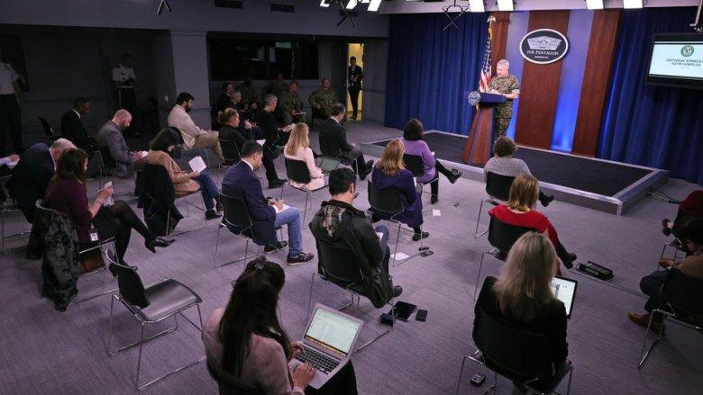 El Pentágono manteniendo distanciamiento social en medio de una reunión.