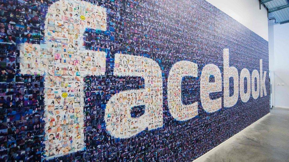 Palabra Facebook formada por miles de fotografías