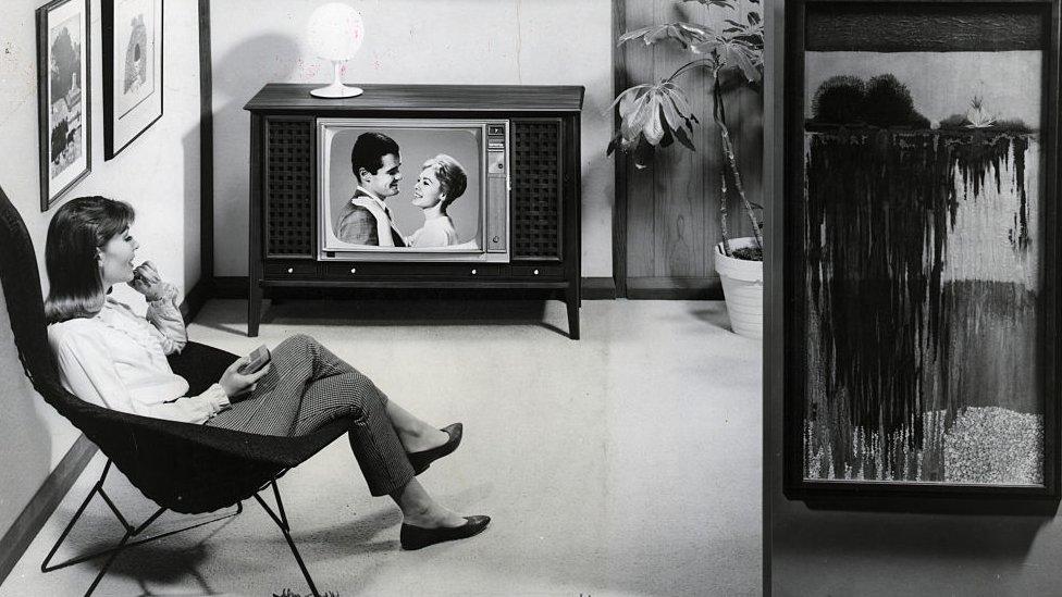 Una mujer mira televisión