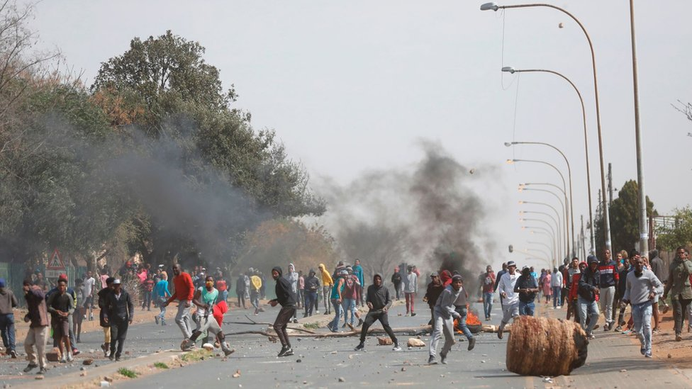 Residents clash with South African Police Service (SAPS) officers in Eldorado Park, near Johannesburg, on August 27, 2020, during a protest by community members after a 16-year old boy was reported dead.