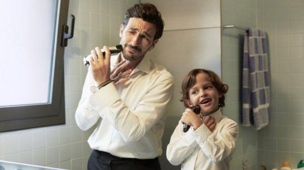 padre e hijo se afeitan