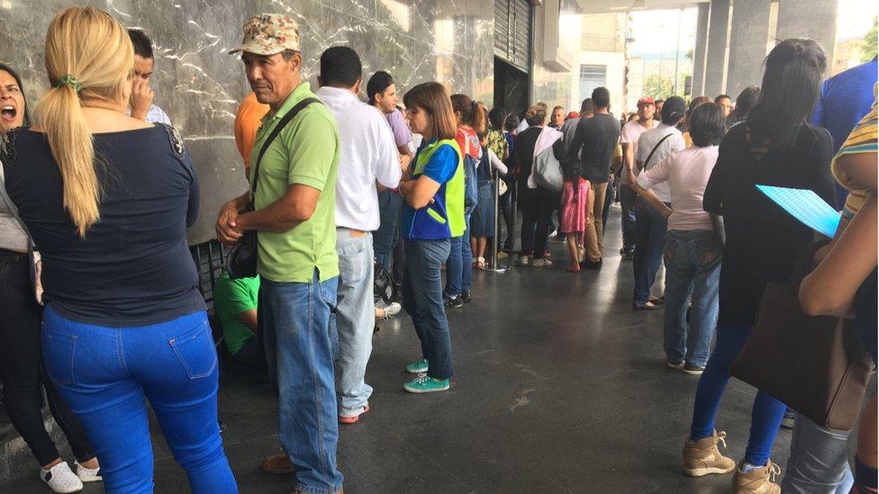 Decenas de venezolanos hacen cola a diario para conseguir el pasaporte que les permita salir del país.
