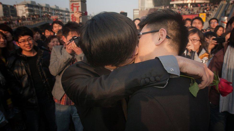 Aunque el matrimonio homosexual no está oficialmente permitido, algunas parejas gay hacen celebraciones en público.