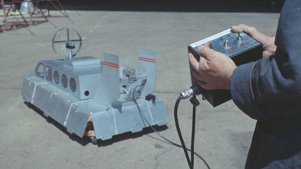 Un juguete operado con un mando