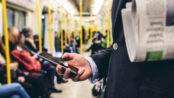 comprobando el teléfono en el metro