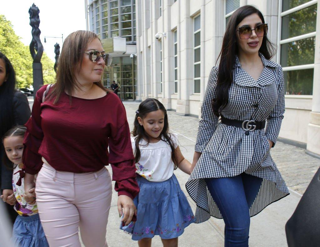 Emma Coronel con sus hijas