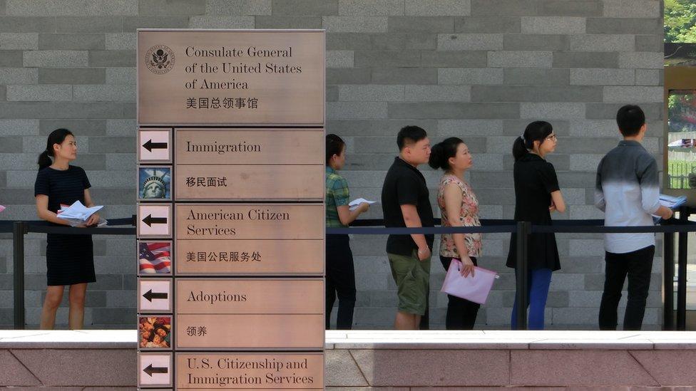 Personas haciendo fila en el consulado de EE.UU. en Guangzhou, China