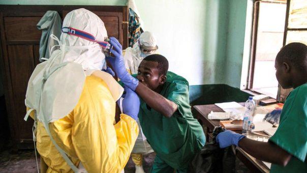 Médicos preparándose para atender pacientes con síntomas de ébola.